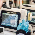 Kraiburg TPE: Flexible Schutzhülle für USB-Buchse