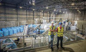 Andrej Gustin, Product Manager bei Dinos und Jure Jambrovic, Plant Manager bei Dinos vor der neuen Kunststoff-Aufbereitungsanlage von Lindner Washtech und Erema. (Foto: Lindner)