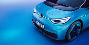 Eine Neuheit im Lichtkonzept des VW ID.3 ist eine von den Scheinwerfern zum VW-Logo reichende LED-Lichtleiste mit PMMA als Deckglas. (Foto: Volkswagen)