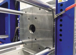 Das Festspannen durch einfaches Umlegen zweier Hebel reduziert die Rüstzeit für Spritzgießmaschinen. (Foto: Strack Norma)