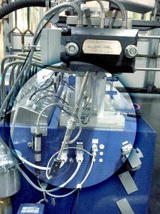 Der selbstüberwachende Massedrucksensor (im Kreis) schaltet den Extruder bei Erreichen eines kritischen Drucks ab. (Foto: Gefran)