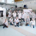 Im Oktober hat KH Medical die erste Mikro-Spritzgießmaschine in Betrieb genommen. Die produzierten Leichtgewichte bringen 0,007 g auf die Waage und dienen als bewegliche Glieder von Einweg-Endoskopen. (Foto: KH)