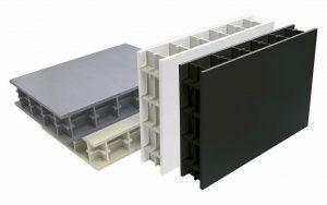 Produktfamilie Polystone CubX: Verfügbar als die neue Variante G CubX (rechts), P CubX PG-UV stabilized white (zweite von rechts), die schwer entflammbare Variante PPs CubX (oben) und P CubX. (Fotos: Röchling)