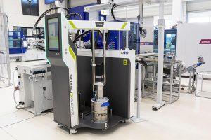 Die Dosieranlage Servomix X200 führt das LSR mit Beschleunigungsadditiv der Spritzgießmaschine zu. (Foto: Wittmann Battenfeld)