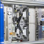 Die Entnahme der Margarinebecher aus dem Werkzeug erfolgt mit einem Roboter Sonic 131. (Foto: Wittmann Battenfeld)