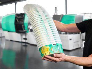 Smarte Spritzgießmaschinen von Arburg sind in der Lage, Rezyklate in schwankenden Qualitäten zu verarbeiten. So produzierte ein Allrounder 820 H in Packaging-Ausführung IML-Becher mit digitalen Wasserzeichen. (Foto: Arburg)