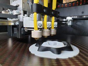 Das Forschungsprojekt soll den Einsatz von Kunststoffen wie PE und PP in der additiven Fertigung forcieren. (Foto: Fraunhofer IMWS)