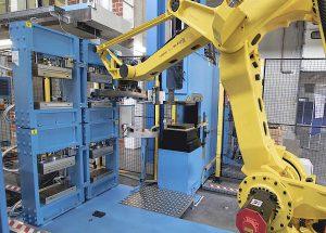 Heiz/Pressenmodule zur Aufnahme von Kavitätenplattensets, die nach der Kavitätenfüllung in der Spritzgießmaschine (Bildmitte im Hintergrund) mittels Roboter dorthin umgesetzt werden. (Foto: LWB-Steinl)