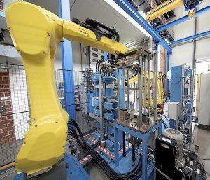 Bearbeitungsstation, vorgesehen zur automatisierten Einlegeteil-Bestückung und Entnahme der Fertigteile mittels Roboter. (Foto: LWB-Steinl)