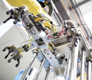 3-Stationen-Manipulationskopf zur Einlegteil-Aufgabe (zentraler Metallkern und Polyamid-Außenhülse, sowie zur Entnahme der Fertigteile. (Foto: LWB-Steinl)