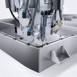 Konturgenau verlaufender Doppeldichtungsauftrag auf dem Batteriegehäuse mit Polyurethan Dichtungsschaum. (Foto: Henkel)
