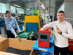 Produktion der Schlauchelemente maxiflex: Jörg Bruder (l.) und Memo Ljatifi (r.). (Foto: Meusburger)