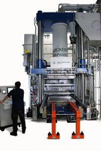 Die variotherme Presse Wickert WKP 6000 S steht für die Entwicklung von Hochleistungs-Leichtbauteilen in Bayreuth zur Verfügung. (Foto: NMB)