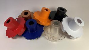 Auf Wunsch können einige Produktvarianten auch nach Vorgabe eingefärbt werden. Für transluzente Einfärbungen und intensive Weiß- oder Schwarztöne eignet sich das transparente Grundmaterial pexolac T008. (Foto: Pexopol)
