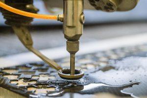 Mit der Wasserstrahl-Technologie können alle herkömmlichen Verbundstoffe bearbeitet werden. (Foto: STM/Matthias Fritzenwallner)