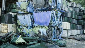 Mülltonnen, HDPE (High-Density Polyethylen) Rohre und verschmutzte Hartkunststoffabfälle. (Foto: Weima)