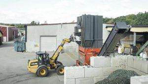 Die Mülltonnen werden mit einem Radlader in den Shredder aufgegeben. (Foto: Weima)