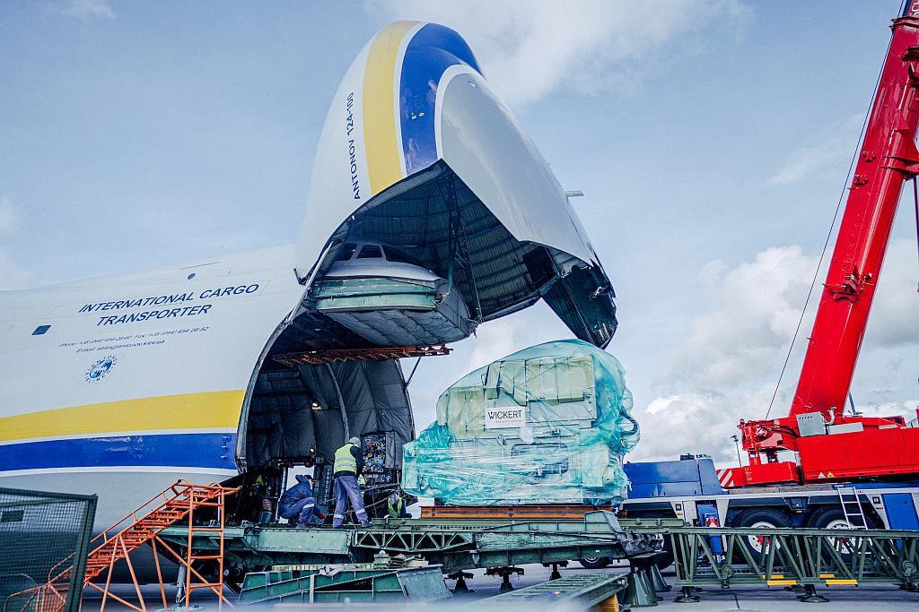 Die ersten acht Pressen wurden mit der Antonov, dem größten Flugzeug der Welt, zu den Kunden geflogen. (Foto: Wickert)