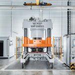Die neue Elastomer-Presse WKP 20.000 S im Maschinenpark von Maxi-Press. (Foto: Maxi-Press)