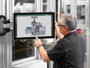 Bei der vollautomatischen Fertigung von Trinkbechern visualisiert das Scada-System Arburg Turnkey Control Module (ATCM) alle relevanten Prozess- und Qualitätsdaten. (Foto: Arburg)
