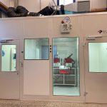 Kaiser betreibt u. a. eine Babyplast-Maschine im Reinraum zur Serienproduktion kleinster Spritzgießartikel für die Medizintechnik. (Foto: Christmann Kunststofftechnik)