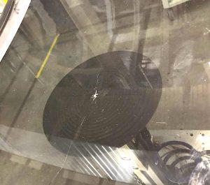 Beim PUR-Umschäumen großer Autoscheiben in herkömmlichen Werkzeugen kann es schnell zu Glasbruch kommen. (Foto BBG)