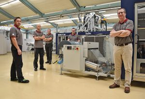 Sven Engelmann (r.) entwickelt mit seinem ITC-Team neue Verpackungslösungen. (Foto: Illig)