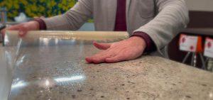 Mit der antimikrobiellen Folie können bspw. Tische einen hygienischen Oberflächenschutz erhalten. (Foto: Polifilm)