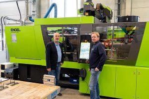 Robert Held (l.) und Ulrich Schätzlein, Ausbilder am SKZ im Bereich Spritzgießen, werden die Duroplastmaschine künftig auch für Praktika zur Verarbeitung von vernetzenden Materialien einsetzen. (Foto: SKZ)