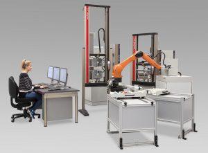 Das vollautomatisierte Roboterprüfsystem roboTest R m Einsatz. (Foto: ZwickRoell)
