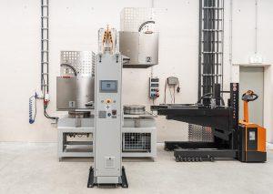 Um die Maschinennutzung zu optimieren, werden die Halbzeuge vor Fertigungsbeginn in einer Heizstation auf Prozesstemperatur gebracht. (Foto: Hermle)