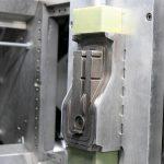 Ein Blick in die Maschine mit aufgespannter Werkzeughälfte. (Foto: Hofmann)