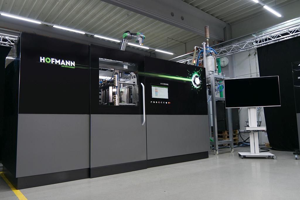 Der neue Formteilautomat im Technikum in Lichtenfels. (Foto: Hofmann)