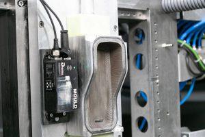 Blick in die Maschine: Das 3D-gedruckte Werkzeug ist mit der Mould-Monitoring-Box von Digital Moulds ausgerüstet. (Foto: Hofmann)