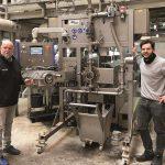 Jürgen Pfitzer (l.) und Simon Weis bei der Inbetriebnahme des neuen Unterwasser-Granuliersystem ips-UWG 75 S. (Foto: ips)