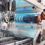 Die robotergestützte Folien-Anlage Robot Flex Packer verpackt Rollen aus flexiblen Verpackungen mit Schnittbreiten von 50 mm bis 600 mm mittels Folienverschweißung. (Foto: Koch Industrieanlagen)