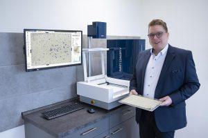 Hilger Groß, Leiter Vertrieb und QM bei Sortco, präsentiert das Purity Concept V zur Inspektion und Analyse von Kunststoffgranulat. (Foto: Sikora)