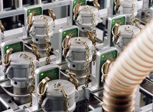 RFID-Antennen und Tags für jede Kupplung stellen korrekte Verbindungen zwischen Materialzuleitung und Verarbeitungsmaschine sicher. (Foto: Wittmann)