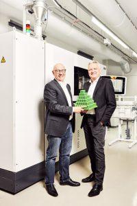 Die Geschäftsführer und Gründer von 1zu1, Hannes Hämmerle (l.) und Wolfgang Humml (r.) vor dem EOS P 500 System. (Foto: 1zu1/Darko Todorovic)