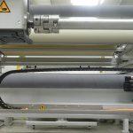 Der Materialspeicher ermöglicht eine kontinuierliche Produktion ohne Maschinenstillstand, während die vollen Materialboxen automatisch ausgeschleust werden. (Foto: Schmidt & Heinzmann)