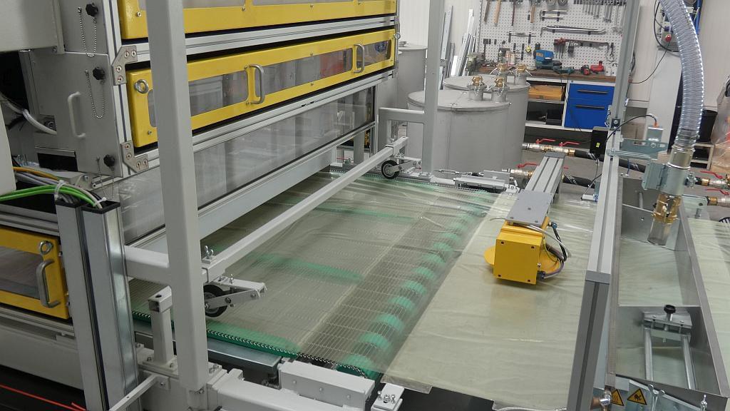 Die Flächengewichtsregelung sorgt für eine kontinuierlich hohe Qualität des SMC-Materials und damit für die Einhaltung der gewünschten Materialeigenschaften. (Foto: Schmidt & Heinzmann)
