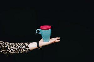 Der Deckel aus TPE passt auf viele haushaltsübliche Tassen. (Foto: Felix Hackland)