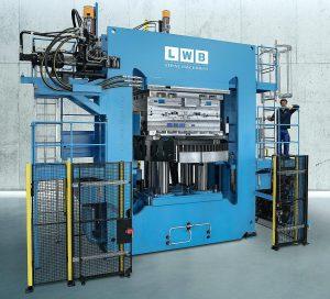 Die VR-Großmaschine, hier in Doppelrahmenausführung mit insgesamt 12.000 kN Schließkraft, bietet ein schlankes, automatisierungsfreundliches Konzept. (Foto: LWB)
