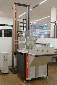 RoboTest L und Z010 AllroundLine Prüfmaschine für Versuche an Elastomerproben bei Covestro. (Foto: ZwickRoell)