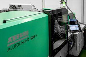 Auf der Arburg 520 hidrive werden Artikel für die Pharmazie sowie Medizintechnik gefertigt. (Foto: Meding)