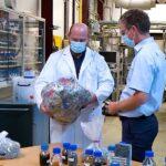 Während sortenreine Kunststoffe oft mechanisch recycelt werden können, ist das Recycling von gemischten Kunststoffabfällen eine große Herausforderung. (Foto: Audi)