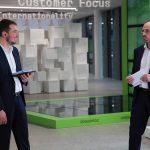 Dr. Norbert Müller (r.), Leiter Entwicklung smart machine von Engel, und Dr. Bastian Brenken (l.), Geschäftsführer des Composites United e.V. führten durchs Programm. (Foto: Engel)