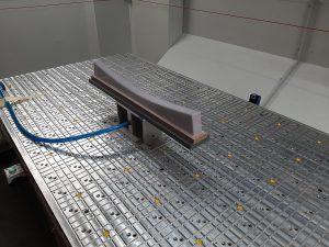Der robuste Vakuum-Spanntisch hält auch bei Bearbeitungen mit Geschwindigkeiten von bis zu 80 m/min das Werkstück sicher fest. (Foto: HG Grimme SysTech)