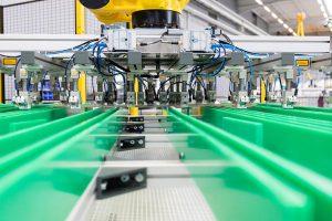 Ein Roboter mit Stacking-Greifer stapelt die Zuschnitte zuverlässig und schnell an ihrem Platz. (Foto: Schmidt & Heinzmann)