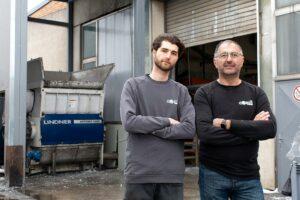 Mit Hilfe des flexiblen Schnittsystems des Zerkleinerers können Andreas (l.) und Gheorghe (r.) Campan von Candi Plastic Recycling auf Kundenwünsche eingehen. (Foto: Lindner)